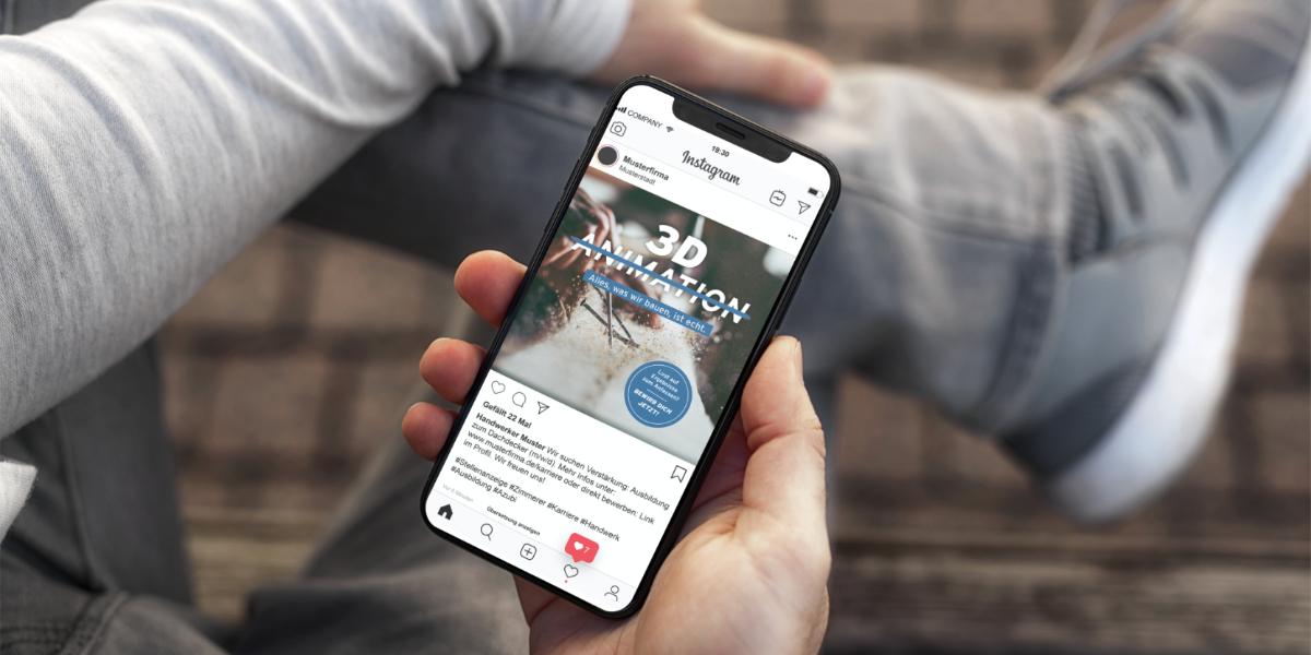 Junger Mann mit Smartphone Instagram VELUX Recruiting Kampgange Dachdecker