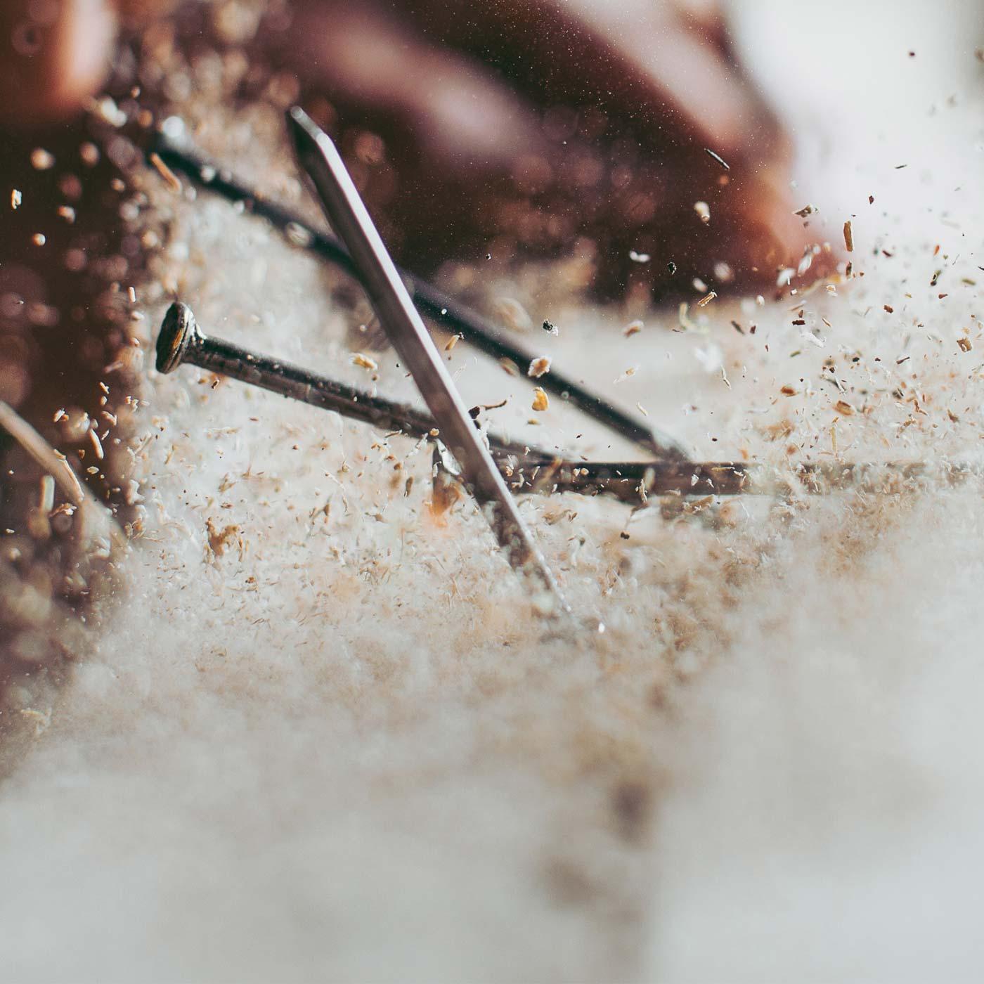 Detailansicht Nägel und fliegende Holzspäne
